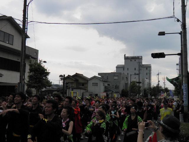 バサラ大パレード(総踊り)の様子 100mほどにわたって踊り子が集結し、次々に総踊りを披露。総踊り好きを思い知らされます