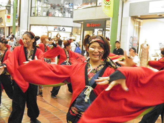 「笑輝」 こちらはアーケードの表町商店街の演舞
